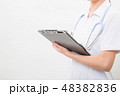クリップボードに書く若い看護師 48382836