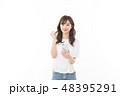 若い女性 スマートフォン ガッツポーズ 48395291