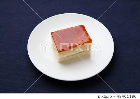 お皿にのせたハニーオレンジケーキ テーブル 48401196