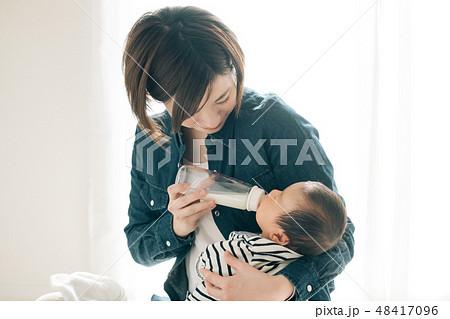 哺乳瓶で赤ちゃんにミルクを飲ませる母親 新生児 授乳 48417096