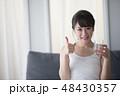 女性 アジア人 ミネラルウォーターの写真 48430357