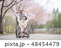 車椅子で散歩するシニア夫婦 48454479