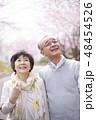 桜を見つめるシニア夫婦 48454526