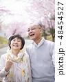 桜を見つめるシニア夫婦 48454527