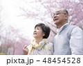 桜を見つめるシニア夫婦 48454528