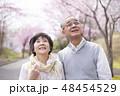 桜を見つめるシニア夫婦 48454529
