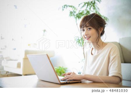 パソコンを見る女性 48481030