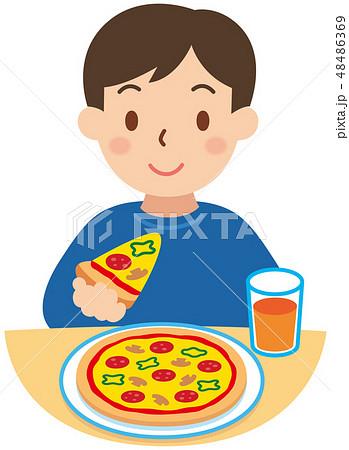 ピザを食べる男性 48486369
