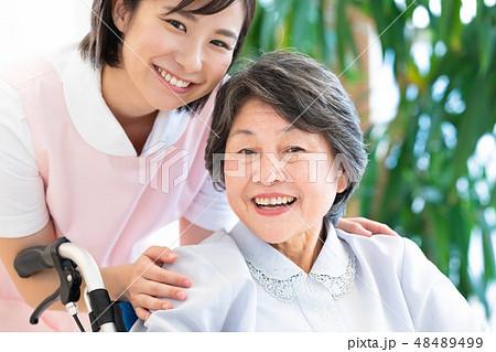 介護イメージ シニア女性と介護士 48489499