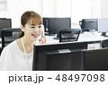 オフィス ビジネスウーマン 電話の写真 48497098