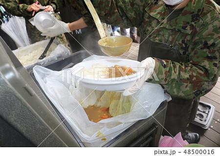 自衛隊によるカレーの炊き出し訓練 48500016