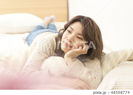 若い女性 リラックス ライフスタイル 休日 ほおづえ 48508774