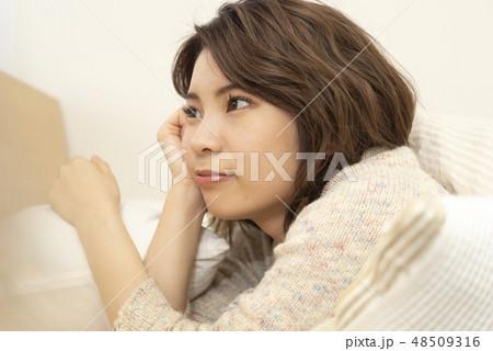 若い女性 リラックス ライフスタイル 休日 ほおづえ 48509316