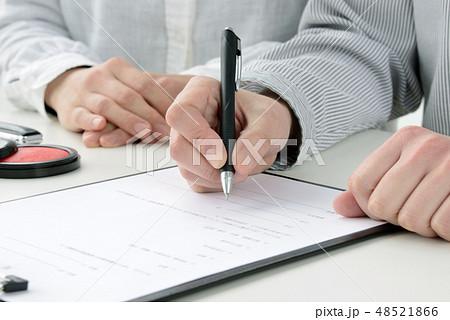 契約を結ぶ男女 48521866