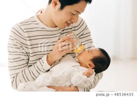 赤ちゃんに哺乳瓶でミルクを飲ませるパパ 育児 イクメン 48536435