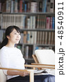 女性 図書館 図書室の写真 48540911