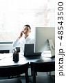 ビジネスマン ノートパソコン 人物の写真 48543500