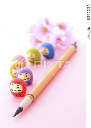 ダルマと筆と桜 48562239