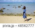 石垣島の平野ビーチの砂浜に立つ女性 48562777