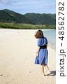 石垣島の明石ビーチを歩く女性 48562782