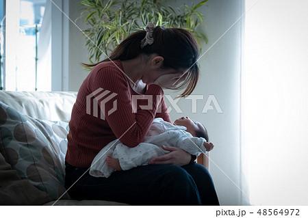 赤ちゃんを抱いた母親 育児ノイローゼ 産後うつ 48564972