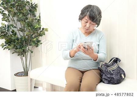 医療 病院 待合室 女性 48577802