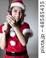 サンタのコスチュームを着た女性 48585435