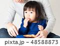 膝に座る幼児 48588873