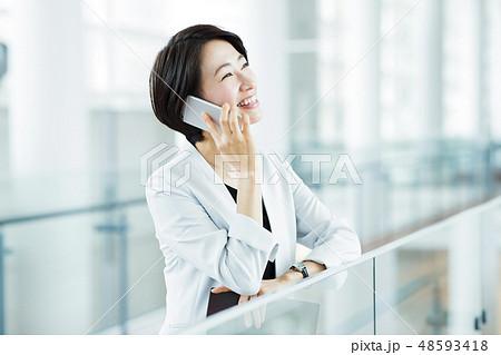 ビジネス オフィス スマホ ビジネスウーマン キャリア 女性 48593418