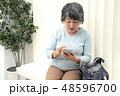 病院 待合室 スマホを操作する女性 48596700