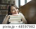 女性 本 読書の写真 48597982