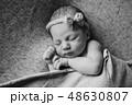新生児 子 横たわるの写真 48630807