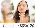若い女性 女性 保湿の写真 48650120