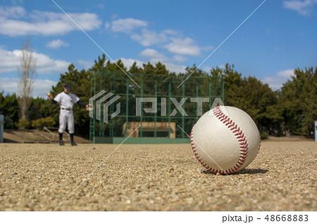 グローブにボールをおさめる選手 48668883