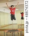 トランポリンを飛ぶ子供 習い事 教室イメージ 48674372