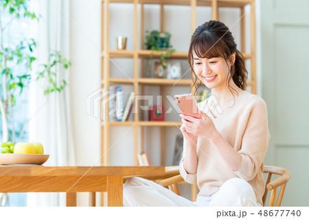 若い女性(スマホ) 48677740