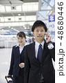 出張イメージ 空港を移動するビジネスパーソン 48680446