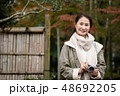 ミドル女性 旅行 秋 紅葉 観光イメージ 48692205
