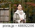 ミドル女性 旅行 秋 紅葉 観光イメージ 48692206