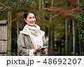 ミドル女性 旅行 秋 紅葉 観光イメージ 48692207