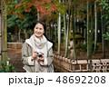 ミドル女性 旅行 秋 紅葉 観光イメージ 48692208