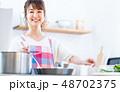 若い女性(キッチン) 48702375