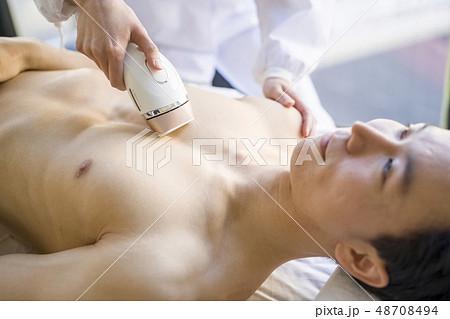 胸毛を永久脱毛する男性は美意識が高くメンズエステでツルツル美肌を目指しムダ毛処理 48708494