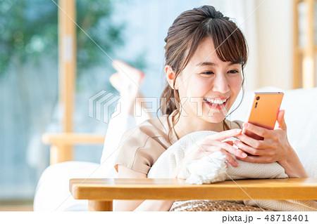 若い女性(スマホ) 48718401