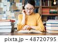 本を読む女性 48720795