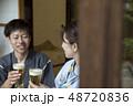縁側でビールを飲む浴衣姿の夫婦 48720836