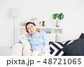 女性 リビング 女の写真 48721065