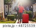 人 荷物 スーツケースの写真 48725539