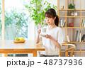 コーヒー 女性 ライフスタイルの写真 48737936