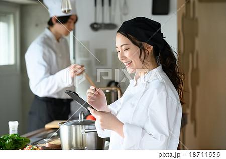キッチン レストラン 男女 48744656